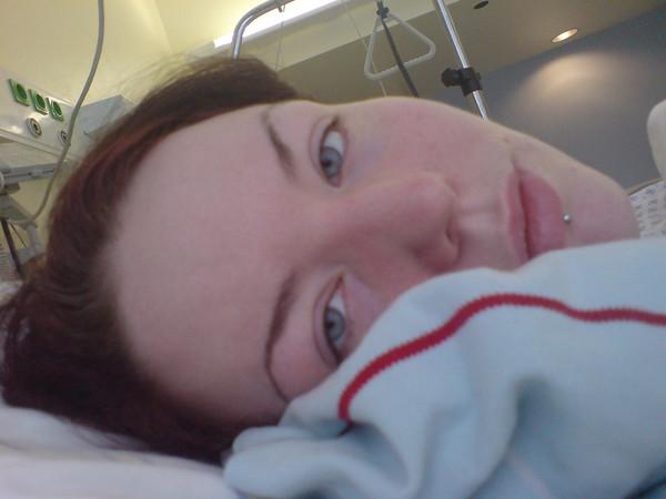 Mädchen im Krankenbett.