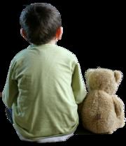 Kleiner Bub von hinten mit einem Teddybär.