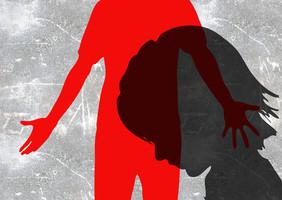 Mädchensihlouette vor einem Schatten.
