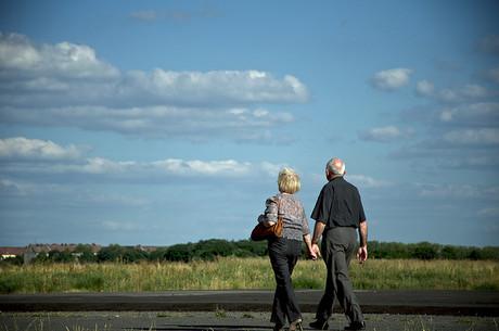 Älteres Paar beim Spazierengehen