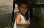 Kleinkind auf der Straße.