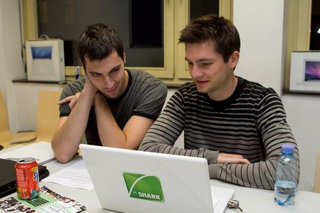 Jugendliche mit Laptop