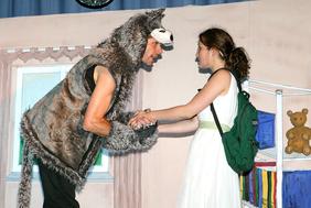 """Szene aus dem Theaterstück """"Anna und der Wolf""""."""