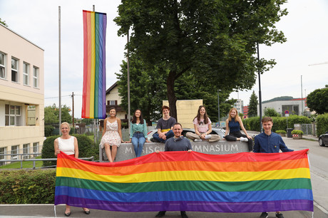 Das Hissen der Regenbogen-Flagge vor dem Musischen Gymnasium Salzburg