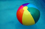 Bunter Wasserball im Wasser.