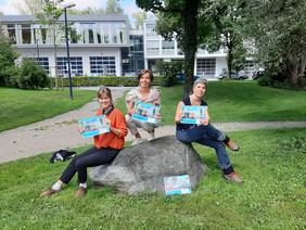 Joanna Wiseman, Andrea Holz-Dahrenstaedt und Veronika Weis präsentieren den neuen Tätigkeitsbericht.