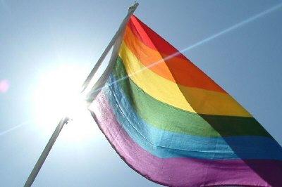 Eine Regenbogenflagge im Sonnenschein